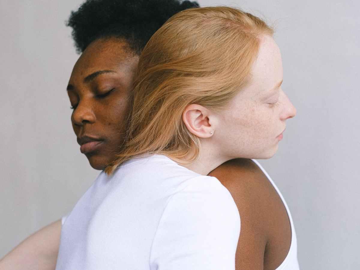 deux femmes s'enlaçant