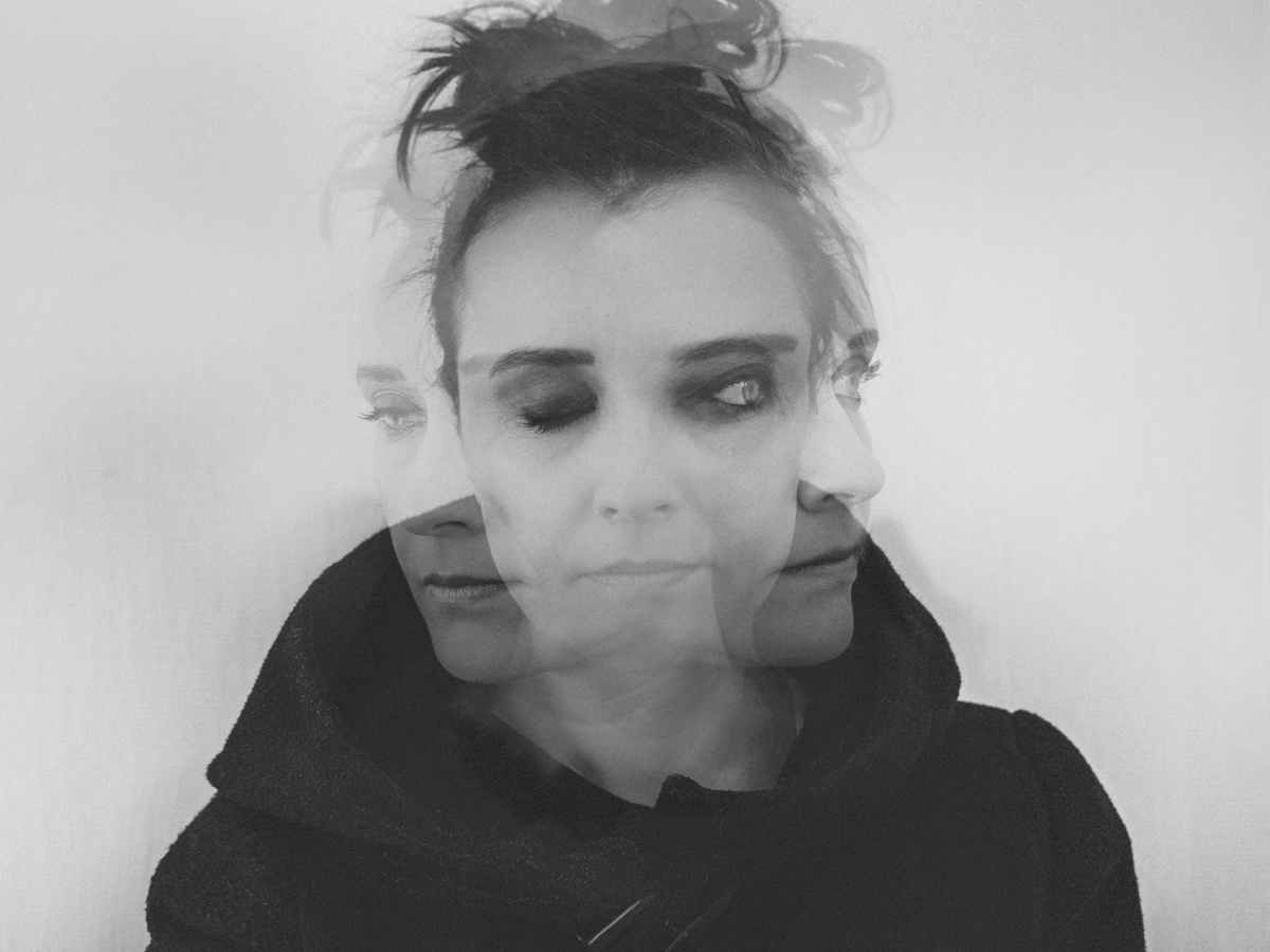 visage qui se dédouble avec un effet flou représentant le syndrome de l'imposteur