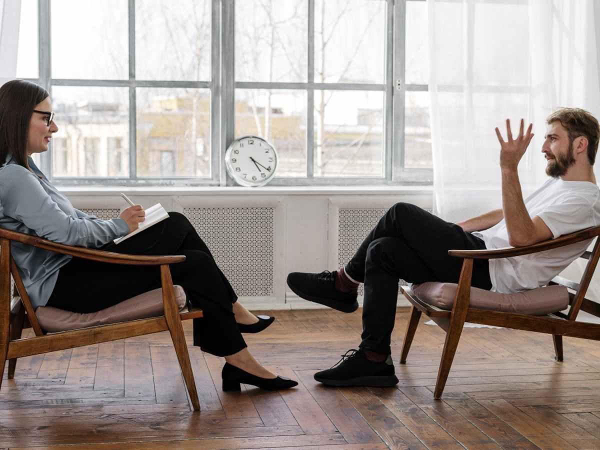 consultation psychologique entre une femme et un homme qui discutent
