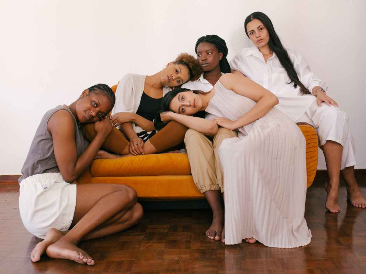 Femmes de différentes carnations sur un canapé